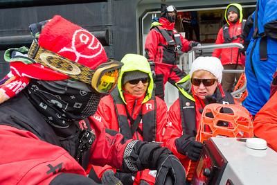Die Fahrer sind den ganzen Tag auf dem Wasser und entsprechend eingemummelt.