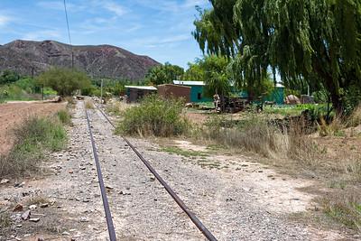 Die Eisenbahnlinie von Salta nach La Quiaca an der boliavianischen Grenze wurde, wie andere argentinische Eisenbahnlinien auch, 1990 privatisiert und kurz danach geschlossen. Angeblich wird sie jetzt wieder restauriert. Ein einigen Stellen hat man schon angefangen, aber ich kann kaum glauben, dass das funktioniert. Zu gross sind die technischen Schwierigkeiten im Humuahuaca Tal. Durch die vielen Regenfälle werden die Gleisanlagen häufig zerstört.