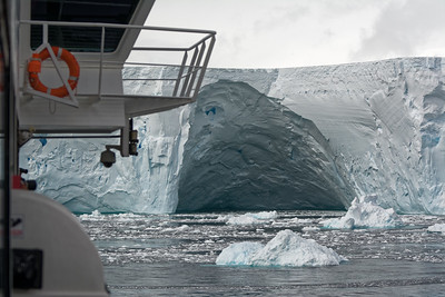 Nach der Abreise von Melchiors Islands haben wir bei einem riesigen Tafeleisberg haltgemacht. Direkt neben dem Boot schwammen auch Buckelwale. Man wusse garnicht, wohin man gucken soll.
