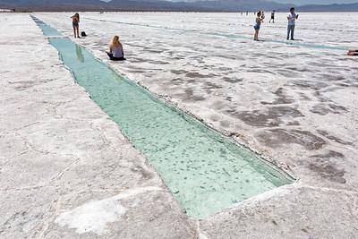 """Wenn man im Salz ein Loch buddelt, füllt es sich mit Wasser. Im Wasser bilden sich Salzkristalle, die nach unten sinken. Nach einigen Monaten kann man das frische Salz """"ernten""""."""