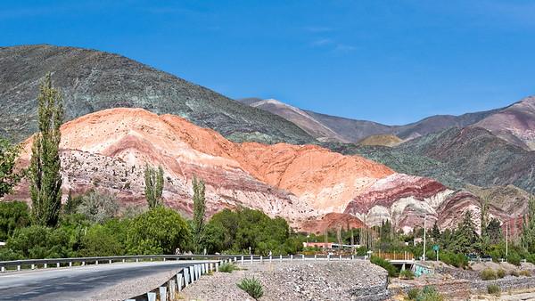 Auf der Fahrt zu den Grossen Salzseen (Salinas Grandes) haben wir bei den farbigigen Bergen von Purmamarca haltgemacht.