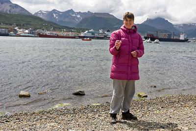 Helga sammelt Muscheln für die Schule.