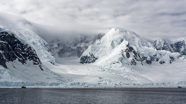 """Auf der Eisscholle in der Wilhemina Bay, direkt vor einem Gletscher, sind wir an """"Land"""" gegangen."""