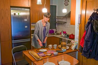 Wir haben eine kleine Wohnung in der Altstadt. Helga macht gerade das Frühstück.