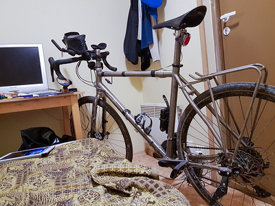 In einem kleinen Hotel durfte ich das Rad mit ins kleine Zimmer nehmen. Das war sicherer, als das Rad draussen zu parken. Ich habe aber eine weile gebraucht, bis ich das Hotelpersonal von dieser Lösung überzeugt hatte.