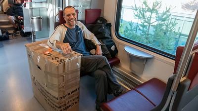Im Zug vom Flughafen in Helsinki zum Hauptbahnhof. ch musste das Fahrrad für die Hinfahrt in einen Karton verpacken, den ich am Start in Vyborg entsorgt habe. Die Tasch für das Rad habe ich mit der Post nach Kirkenes geschickt.