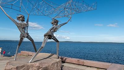Ein Denkmal für die Fischer in Petrosavodsk. Auf der Promenade am Meer stehen viele Skulturen.
