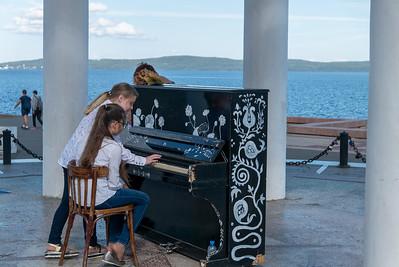 """Dieses Klavier steht in Petrosavodsk auf einer Bühne direkt am Meer. Jeder darf drauf spielen. Manchmal war es nur """"Geklimper"""" und manchmal ein richtiges Konzert."""