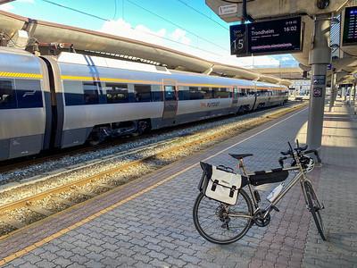 Die Zugfahrt von Stavanger nach Bodø dauert etwa 28 Stunden. Um 0430 geht es in Stavanger los. Umsteigen in Oslo und Trondheim. Hat alles gut geklappt, obwohl ich in Trondheim nicht viel Zeit zum Umsteigen hatte.