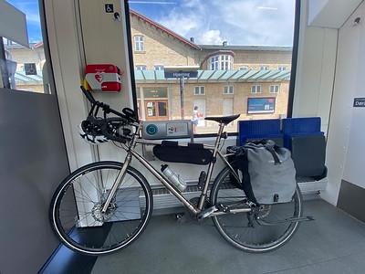 Mit dem Zug durch Dänemark. Das war nötig, da er ansonsten mindestens 6 Nächte in Dänemark hätte bleiben müssen.