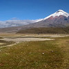 """Cotopaxi<br /> Der Cotopaxi ist mit 5.897 m der zweithöchste Berg Ecuadors und einer der höchsten aktiven Vulkane der Erde. Er gehört zur """"Allee der Vulkane"""". Als ecuadorianischer Berg ist der Chimborazo mit 6.310 m zwar höher, aber nicht mehr vulkanisch aktiv. Als weltweit höchster aktiver Vulkan gilt derzeit der 6.887 m hohe Ojos del Salado in Argentinien/Chile). Der Cotopaxi liegt in den östlichen Anden in Zentral-Ecuador in dem nach ihm benannten Nationalpark ca. 50 km südlich von Quito. Obwohl aktiv, ist er der am häufigsten bestiegene Berg des Landes und einer der meistbesuchten Gipfel Südamerikas.<br /> Durch seine regelmäßige, konische Form und die Eiskappe auf dem Gipfel entspricht der Cotopaxi dem Idealbild eines Stratovulkans. Der Krater hat am Gipfel einen Durchmesser von 800x550 m und ist ca. 350 m tief. Rauchausstoß ist oft zu beobachten.<br /> Seit 1738 ist der Cotopaxi etwa 50 Mal ausgebrochen. Davon waren die gewaltigsten Eruptionen die der Jahre 1744, 1768 und 1877. Die große Eruption 1877 schmolz den Gipfelgletscher ab, so dass die entstehende Schlammlawine das umliegende Land mehr als 100 km weit überflutete und die Stadt Latacunga komplett zerstörte. Der letzte größere Ausbruch war 1904, die letzte größere Aktivität 1975–76 bestand in einer Temperaturerhöhung, Rauchbildung und kleineren Erdbeben.<br /> Der erste Europäer, der versuchte den Berg zu besteigen, war Alexander von Humboldt im Jahre 1802. Er erreichte eine Höhe von ca 4.500 m. Bis zum Gipfel gelangte siebzig Jahre später der Geologe Wilhelm Reiß.<br /> Heutzutage werden regelmäßig Besteigungen mit Bergführern durch ecuadorianische Reisebüros angeboten. Auf 4.800 m Höhe befindet sich die Jose-Ribas-Schutzhütte, in der Touristen übernachten können und von der aus der Aufstieg beginnt.<br /> Der Cotopaxi liegt in der gleichnamigen ecuadorianischen Provinz Cotopaxi."""