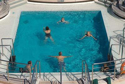 QM2, Caroline im Schwimmbecken