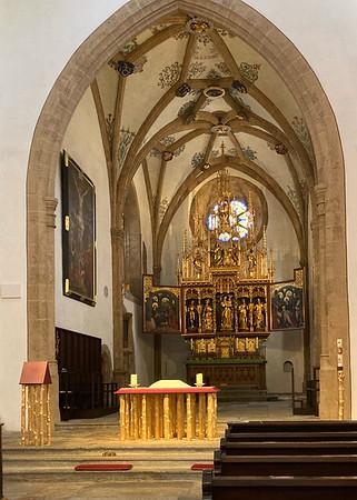 vorne neu eingeweihter Altar und Ambo
