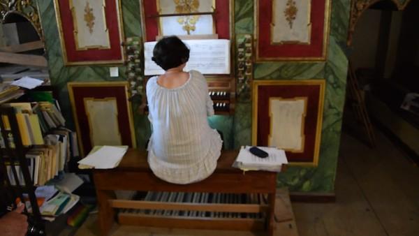 Medias, Edith Todt an der Orgel