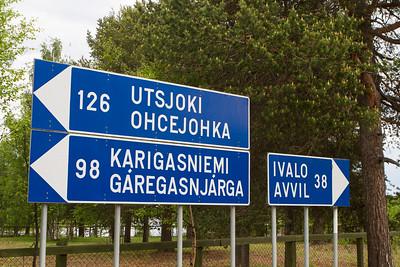 Ortschaftstafeln in Finnisch und Sämisch
