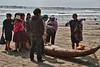 In de vroege namiddag wordt op het strand de vangst van de dag aan de man gebracht door de vrouwen van de vissers.<br /> De vrouw met de hoge hoed komt uit Cajamarca waar vrijwel al haar streekgenoten hetzelfde hoofddeksel dragen.<br /> <br /> Strand van Pimentel - Chiclayo - Lambayeque - Peru
