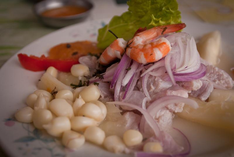 Ceviche mixto: stukjes rauwe vis en zeevruchten gemarineerd in limoensap met witte maïs, stukjes (rode) ui, zoete aardappel en sla. Dit gerecht is ook verkrijgbaar in andere landen aan de westkust maar nergens zo lekker. <br /> 20 S/. ofte 6,5 € in dit restaurant maar in Los Órganos ken ik een vrouw die het serveert voor amper één vierde van de prijs en minstens even lekker is. <br /> <br /> Restaurante/Cevichería La Amiga - Malecón Las Palmeras - Pimentel - Lambayeque - Peru