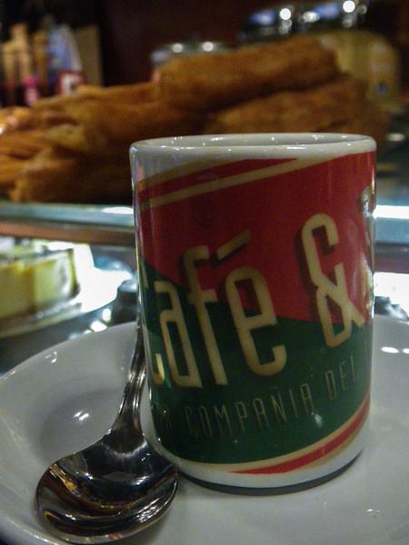 Spanje en koffie.<br /> Telkens ik in Spanje vertoef krijg ik een onweerstaandbare drang naar espresso, échte kleine espresso's met een gram of 7 arabica. In onze contreien zijn er helaas maar weinig plaatsen waar je een straffe espresso kunt krijgen, vaak gemaakt met veel te veel water. <br /> Onderweg naar El Corte Inglés hielden we een korte halte bij Café & Té, een keten tea-rooms uit Barcelona, waar ik mezelf twee shots caffeïne toediende. <br /> <br /> Café & Té, C/. Carretas, Madrid, Spanje