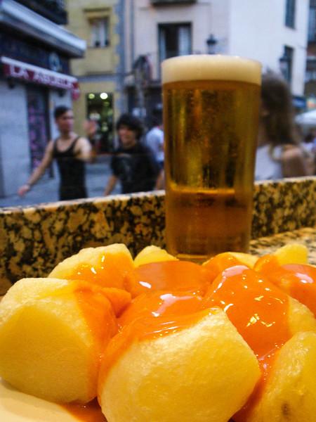Een typisch Madrileens hapje om de innerlijke mens te versterken: patatas bravas ofte lichtjes gebakken aardappelen met een pikant sausje à 3,55 € per portie. <br /> <br /> Las Bravas - C/. Espoz y Mina 13 - Madrid.