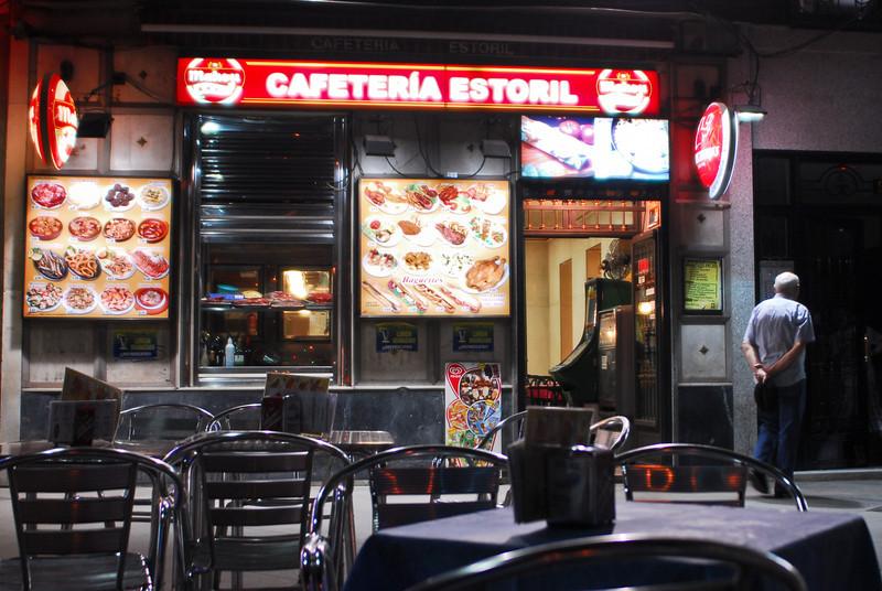 Een van mijn vaste stekken in Madrid sinds 1996: Cafetería Estoril aan de Glorieta del Emperador Carlos V. Steeds sympathieke bediening, altijd een tapa bij een caña/tubo/jarra en een aangename terras om er een zomerse avond door te brengen. <br /> Sluit echter omstreeks middernacht.<br /> <br /> Cafetería Estoril - Glorieta Emperador Carlos V - Madrid - Spanje edit