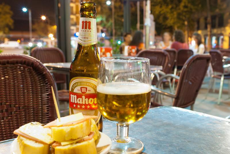 Een tweede vaste halte in de Atocha buurt: Cafetería Pando waar 1/3 L Mahou Cinco Estrellas 2 € kost, tapa inbegrepen. <br /> Mahou Cinco Estrellas is naar mijn bescheiden mening de beste Spaanse pils en moet zeker niet onderdoen voor een Stella Artois. Omer hebben ze hier niet hé.<br /> <br /> Cafetería Pando - Glorieta Emperador Carlos V - Madrid - Spanje edit