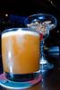Sour Guinda (23 S/. of 7,5 €) op basis van Peruviaanse Pisco, een druiven brandewijn dat ver buiten de landsgrenzen geëxporteerd wordt. Alternatief op de alom geprezen Pisco Sour, de eerste cocktail van de avond waarvan je een foto kunt zien hierna.<br /> De cocktailbar van het restaurant is best wel een aangename keet waar nogal wat fils à papa's binnenkomen. De bediening was mijn inziens toch wel een beetje te attent. Ik hoef geen andere cocktail als de eerste nog half vol is en ik kan mijn cocktails wel alleen uitdrinken, ik heb geen hulp nodig. <br />  <br /> Na twee niet écht kleine cocktails in Cala heb je het gevoel dat je een tiental pinten achterover geslagen hebt en dan moet je nog aan tafel aanschuiven.<br /> <br /> Cala - Costa Verde - Barranco - Lima - Peru