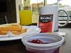 Het best sobere ontbijt in Antú Suites.<br /> Twee sneetjes vierkant industrieel brood, fruitsap uit Tetrapak, thee van een lokaal bedrijf en wat gelei. That's it.<br /> Voor het ontbijt moet je alvast niet naar die hotel afzakken. <br /> <br /> Antú Suites - Barranco - Lima - Peru