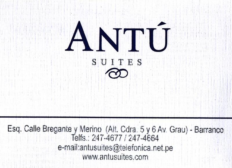 """Antú Suites is het hotel waar we de nacht doorgebracht hebben.<br /> Meestal overnachten we bij Jean-Paul, een uitgeweken Belg uit Deinze, die al meer dan tien jaar in Peru verblijft samen met zijn Peruviaanse vrouw en een goed draaiend reisagentschap runt:  <a href=""""http://www.safeinlima.com"""">http://www.safeinlima.com</a><br /> Wanneer JP geen plaats heeft verblijven we meestal in dit hotel, hoofdzakelijke door de ligging maar inmiddels ook omdat we een aantal personeelsleden kennen. <br /> <br /> Antú Suites is ideaal gelegen voor wie graag een stapje in de wereld zet, de uitgaansbuurt van Barranco maar ook Lima ligt op amper een boogscheut maar toch in een betrekkelijk rustige straat. Lawaailoze straten bestaan nu eenmaal niet in een stad van ruim 10.000.000 inwoners of toch niet in betaalbare buurten. <br /> <br /> Voor wie mocht geïnteresseerd zijn in dit hotel weet dat een nacht in een kamer voor twee personen 80 S/. kost (25 € aan de toenmalige wisselkoers, nu eigenlijk iets minder). Voor deze prijs krijg je een ruime kamer met grote ruiten die uitgeven op straat, een piepkleine badkamer, een TV met een resem kanalen en een sober ontbijt. Vriendelijke bediening. <br /> <br /> Antú Suites - Barranco - Lima - Peru"""