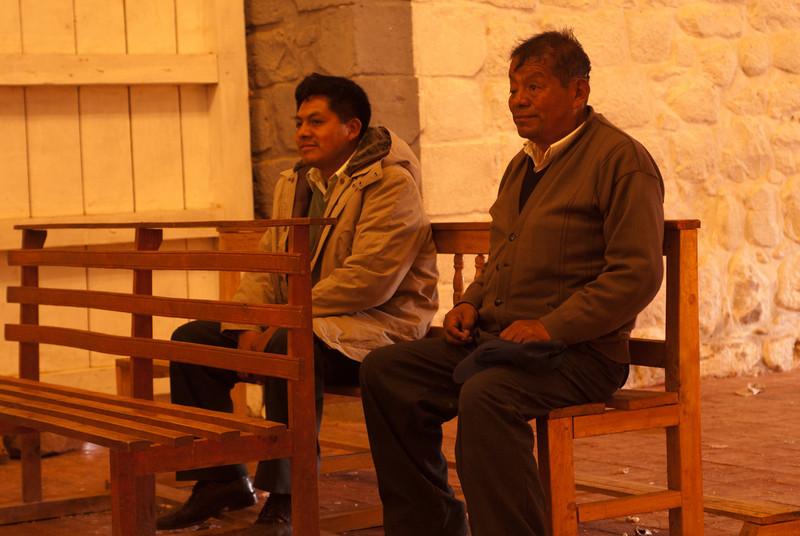 Mario en zijn broer Lucio nemen even de tijd voor een gebedje of te mediteren terwijl Yngwie en ik wat foto's maken.<br /> Vrijwel iedereen is praktiserend katholiek in Latijns-Amerika, ook mijn metal maten.