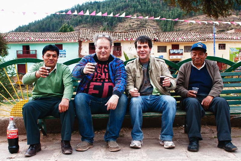 80 % van ons gezelschap op een zitbank van de Plaza de Armas van Pucyura, vlnr: Mario Cusihuaman, uitbater van twee hotels en al bijna twee decennia een goede maat, MM&I, Albito Alonso uit Santander die sinds juni in Cusco woont met zijn vrouw Anabelly en kids in wiens huis ik regelmatig sliep in Santander en helemaal rechts Lucio Cusihuaman die bijna 30 jaar ouder is dan zijn jongste broer aan de andere kant van de zitbank. <br /> For the record: de Coca Cola is 100 % puur, zonder toevoeging van geestrijke substanties. Daarom misschien dat mijn kop er zo zuur uitziet.