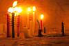 Nog een resem kaarsen, langs beide kanten van de kerk branden er kaarsen en achteraan de kerk staan er ook stalen kandelaars die wellicht bestemd zijn voor de prominenten van de regio.