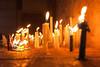 Bij gebrek aan metalen kandelaars waar je een kaars kunt aansteken en vervolgens of voordien de kas van de kerk kunt spijzen worden kaarsen hier op de vloer aangestoken om even later uitgedoofd te worden door het hulpje van meneer pastoor.