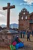 Dit is dan de kerk of althans een deel ervan van het dorpje Tiobamba (Op 2 km van het het plaatsje Maras, bekend om de zoutmijnen en de agrarische terrassen). <br /> Binnen hangen een aantal koloniale schilderijen en beelden van voornamelijk de maagd Maria wiens opname in de hemel op 15 augustus gevierd wordt.<br /> <br /> Terwijl jongeren dansen opvoeren zit deze oude vrouw met hoed te genieten van een lekker pintje.