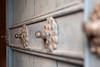 Deze hoge deur met koperen deurknoppen biedt ons de toegang tot de kerk van Tiobamba waar mensen in hogere spirituele sferen verkeren.