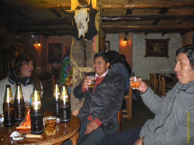 De eerste avond terug in Cusco kan niet anders dan een glaasje gaan drinken met de vrienden. Op deze foto zie je Anabelly, Mario en César. De pintjes zijn hier wat groter dan aan het thuisfront, een fles bier telt hier 62 cl en is net als onze pils 5,2° sterk. <br /> <br /> De kroeg? La Carreta, een ruime zaak in rustiek decor waar leuke muziek gedraaid wordt en waar de bestellers of DJ altijd zorgen voor een goede plaats voor ons. <br /> Voetbalwedstrijd op TV? Een tafel aan de TV wordt voor ons gereserveerd.<br /> Niets speciaals deze avond, neem dan plaats in wat ik de 'palco de honor' noem, de business seats van deze keet wat eigenlijk drie zitjes en een tafel zijn op een verhoog in een hoek waar je zicht hebt over heel de kroeg.<br /> In tegenstelling tot veel andere keten in Cusco komen hier vrijwel geen buitenlanders, enkel de lokale bevolking, misschien zelfs de middenklasse.<br />  <br /> Arbeiders gaan op een andere manier uit. Deze zakken af naar een 'cantina' waar ze zich om ter snelst te pletter drinken en dan vaak op de vuist gaan. Meermaals meegemaakt maar nog nooit geen slaag gekregen. <br /> <br /> La Carreta - C/. Heladeros - Cusco - Peru<br /> Maandag 13 augustus '12