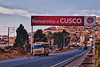 Yes! Eindelijk. <br /> Na een rit van 1.100 km komen we aan in mijn tweede thuis: Cusco. Minder dan een uur geleden zijn we kortstondig gestopt om een stuk kaas te kopen en nog wat bij te tanken. <br /> <br /> Al dik twintig jaar spendeer ik hier een aantal weken per jaar tussen vrienden van vele jaren. <br /> Bezienswaardigheden zijn niet meer aan mij besteed maar om de tijd te doden trek ik er regelmatig een dag op uit om minder bekende plaatsen te bezoeken of om een lekker restaurantje op te zoeken, iets dat je naargelang deze blog verder gaat zal kunnen lezen.<br /> <br /> Cusco is het Brugge van Zuid-Amerika, erg toeristisch dus maar net als in Brugge kun je perfect in de stad verblijven zonder last te hebben van toerisme. Net als Brugge heeft het ook twee ploegen in eerste nationale, twee ploegen die evenmin vele prijzen pakken.<br /> <br /> Cusco ligt op een hoogte van 3.400 M boven de zeespiegel en is een ideale plaats om als atleet te trainen wat voor Yngwie het aangename aan het nuttige koppelen is, zeker nu sinds een paar jaar een tartan atletiekpiste aangelegd werd in één van de buitenwijken. <br /> <br /> Ruta 26A - Cusco - Peru<br /> Maandag 13 augustus '12