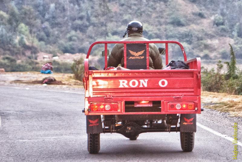 China heeft sinds een paar jaar haar intrede gemaakt op de Peruviaanse verbruikersmarkt. Meer en meer voertuigen (fietsen, moto's, driewielers zoals deze, wagens, bestelwagens, vrachtwagens of bussen) komen uit China net als veel andere vaak minderwaardige producten. <br /> <br /> Ruta 26A - Bij het verlaten van Abancay - Apúrimac<br /> Maandag 13 augustus '12