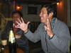 Dezelfde avond maar dan eigenlijk al dinsdag even voor één uur. <br /> We zijn inmiddels overgeschakeld op bruin bier, één van de beste bruine bieren die ik ooit proefde op het tafelbier na die ik als kind dronk zoals zoveel andere leeftijdsgenoten. <br /> <br /> Mijn twee Peruviaanse maten aan deze kant van de tafel vinden de verschillen tussen het Spaans Spaans en het Peruviaanse Spaans best leuk vooral dan vervoegingen en het verschil tussen 'os' en 'les' (Spaans wel te verstaan). <br /> <br /> La Carreta - C/. Heladeros - Cusco - Peru<br /> Maandag 13 augustus '12