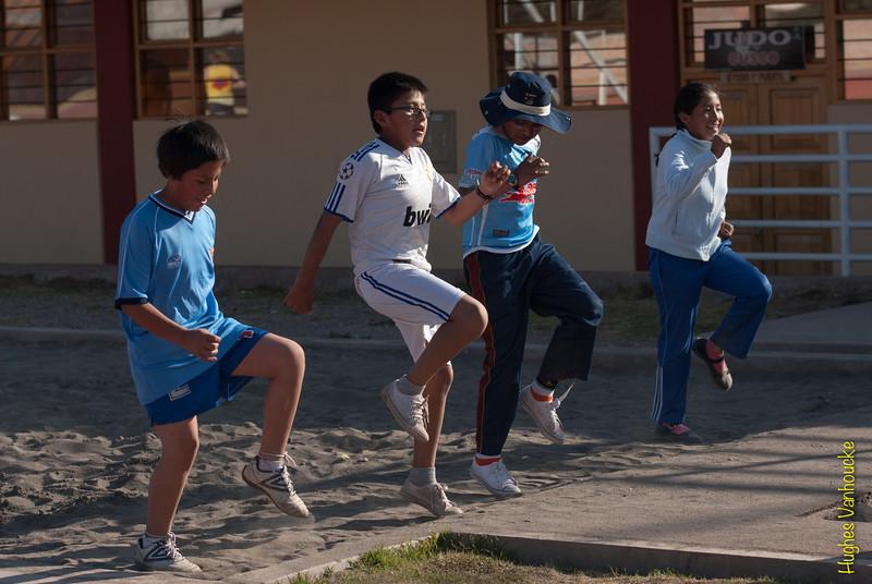 Erg gemotiveerd kun je deze leerlingen alvast niet noemen, het lijkt me ook raar dat ze geen uniform dragen want alle leerlingen van zowel het lagere als het middelbaar onderwijs in Peru gaan naar school in uniform en hebben dus ook een training van de school. Dit speelt zich echter af omstreeks 16:30 uur wanneer de scholen meestal al dicht zijn, in Cusco zitten de leerlingen meestal op school vanaf 07:00 - 07:30 uur tot omstreeks 13:30 - 14:00 uur. Leuk is dat, dan heb je nog de ganse namiddag om te sporten en te studeren.