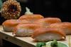Nigiri is een soort sushi waarbij een duim in azijn gebade rijst met de vingers gevormd wordt met daar bovenop een stukje rauwe vis gedrukt ligt, in dit geval gerookte zalm. 22 S/. of 7 €.