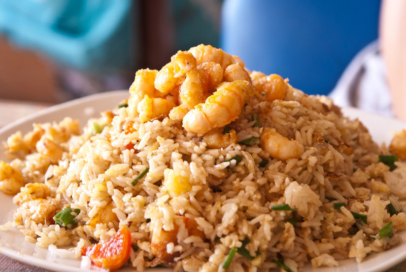 Aangezien we Lunahuaná gemist hebben zijn we dan maar in Palpa gestopt, een ander dorp dat faam geniet omwille van rivierkreeften. <br /> Dol op rijst ben ik niet, dit is dan ook het gerecht dat Yngwie bestelde: 'Chaufa de camarones' ofte gebakken rijst met groenten, kleine stukjes omelet en gebakken vlees dat zijn oorsprong vindt bij de Chinese gemeenschap die aangevoerd werd om de Peruviaanse spoorweg aan te leggen. De 'arroz chaufa' wordt aangevuld met heel wat rivierkreeftjes.<br /> <br /> Kostprijs: 38 S/. (12 €)<br /> Restaurant Claudia - Palpa - Ica - Peru<br /> Zondag 12 augustus '12