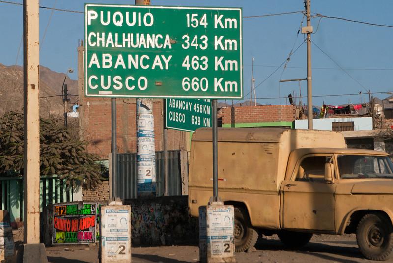 We hebben inmiddels 450 km achter de rug, nog 660 of volgens het ander bord 639 km te gaan tot Cusco.<br /> Tot hier ging het heel vlotjes aangezien de weg voor een deel een twee maal 2-vaksbaan was en dit tot in Chincha Alta.<br /> Tussen Chincha en Nazca blijft het de weg volgen maar vanaf Nazca slaan we inlands naar links af richting Puquio, een onooglijk stadje boven de 3.000 M waar we gewoonlijk eventjes stoppen om iets te drinken of een hapje te kopen. <br /> 12 km verderop van dit punt met tegenstrijdige verkeersborden begint de 'Cuesta del Borracho' ofte de 'Helling van de zatlap', een aaneenschakeling van klimmende haarspeldbochten over een afstand van ruim 40 Km. <br /> Over een afstand van 90 km loopt de weg in stijgende lijn van 520 M boven de zeespiegel tot ruim 4.154 M ter hoogte van Pampa Galeras, een reservaat voor vicuñas, de kleine zus van de lama. <br /> Het grootste gevaar zijn niet de haarspeldbochten maar de vrachtwagens en bussen die als heersers van de weg de hele weg inpalmen zonder rekening te houden met kleinere voertuigen. <br /> <br /> Kruispunt Panamericana Sur & Ruta 757 - Nazca - Ica - Peru<br /> Zondag 12 augustus '12