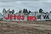 Jeezes gaat er niet vandoor. <br /> Alles je dit mag geloven zijn de Latijns-Amerikanen heiliger dan de paus, telkens ze voor een kerk of religieus gebouw komen maken ze gretig hun kruis, te voet of in een gemotoriseerd voertuig, het maakt niet uit.<br /> Quechua indianen, de oorspronkelijke bevolking alvorens de conquistadores het land veroverden, geloven in zowel God als in hun eigen god, de zon. <br /> <br /> Voorbij Chincha Alta - Panamericana Sur - Ica - Peru<br /> Zondag 12 augustus '12