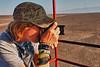 Begin deze week hebben we een nieuwe lens gekocht, namelijk een fisheye Nikon 10,5 mm F: 2,8 die hier uitgeprobeerd wordt door Yngwie. <br /> Fotografie is een hobby van beiden en op het ogenblik dat ik dit schrijf ben ik of zijn we de trotse eigenaar(s) van het beste toestel van 2012 volgens Tipa: Nikon D800 met een nieuwe Nikon lens 24 - 70 mm F: 2,8. <br /> Vanaf volgende reis naar Peru zal het dus nog wat boeiender worden. <br /> In het verlengde van de lens zie je een deel van de 'handen' figuur, één hand met vier vinger en het andere met vijf vingers. <br /> <br /> Pampa de Nazca - Panamericana Sur - Ica - Peru<br /> Zondag 12 augustus '12