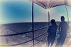 Bewerkt beeld van een Peruviaans koppel die één van de Nazca-lijnen aan het bewonderen is van op 13 M van de begane grond. <br /> <br /> Pampa de Nazca - Panamericana Sur - Ica - Peru<br /> Zondag 12 augustus '12