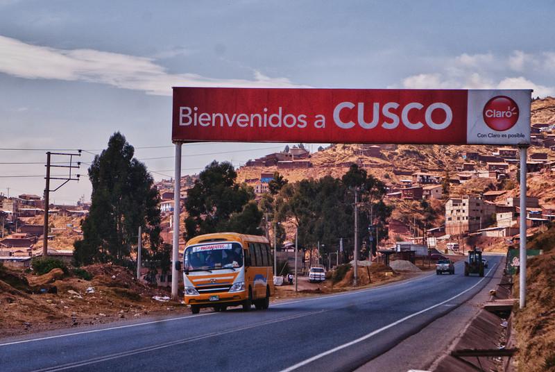 Eindelijk, na een rit van 1.100 km komen we aan in mijn tweede thuis: Cusco. <br /> Al dik twintig jaar spendeer ik hier een aantal weken per jaar tussen vrienden van vele jaren. <br /> Bezienswaardigheden zijn niet meer aan mij besteed maar om de tijd te doden trek ik er regelmatig een dag op  uit om minder bekende plaatsen te bezoeken of om een lekker restaurantje op te zoeken.<br /> Cusco is het Brugge van Zuid-Amerika, erg toeristisch dus maar net als in Brugge kun je perfect in de stad verblijven zonder last te hebben van toerisme. <br /> Cusco ligt op een hoogte van 3.400 M boven de zeespiegel en is een ideale plaats om als atleet te trainen wat voor Yngwie het aangename aan het nuttige koppelen is, zeker nu sinds een paar jaar een tartan atletiekpiste aangelegd werd in één van de buitenwijken. <br /> <br /> Ruta 26A - Cusco - Peru<br /> Maandag 13 augustus '12