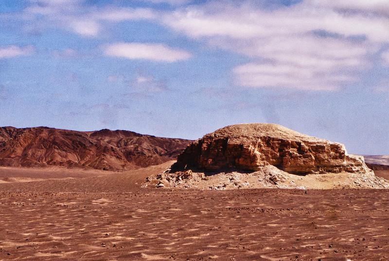 Ayers Rock, Peruviaanse versie.<br /> De Peruviaanse kust (3.080 Km van noord tot zuid) is eigenlijk een woestijn die reikt tot aan de eerste 500 M van het Andesgebergte. <br /> Dit betekent eentonige landschappen onderbroken door hier en daar een stad of dorp. <br /> <br /> Panamericana Sur - Ica - Peru<br /> Zondag 12 augustus '12