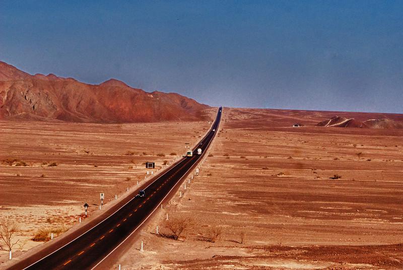 De Pan-Amerikaanse snelweg klieft door de Pampa de Nazca of met andere woorden de woestijn die langs de 3.080 Km lange kustlijn van Peru loopt. <br /> Dit is één van de droogste gebieden ter wereld met een gemiddelde temperatuur van 25°C.<br /> De warme grondlucht vormt een vorm van een matras boven de Nazca-lijnen waardoor deze niet vernietigd worden door de wind. <br /> <br /> Pampa de Nazca - Panamericana Sur - Ica - Peru<br /> Zondag 12 augustus '12