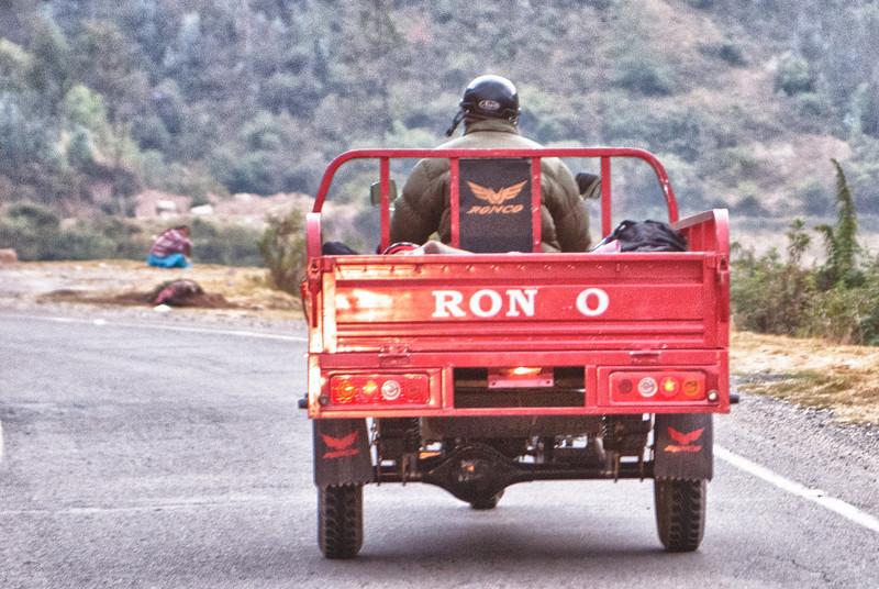 China heeft sinds een paar jaar haar intrede gemaakt op de Peruviaanse verbruikersmarkt. Meer en meer voertuigen (fietsen, moto's, driewielers zoals deze, wagens, bestelwagens, vrachtwagens of bussen) komen uit China net als veel andere producten. <br /> <br /> Ruta 26A - Bij het verlaten van Abancay - Apúrimac<br /> Maandag 13 augustus '12