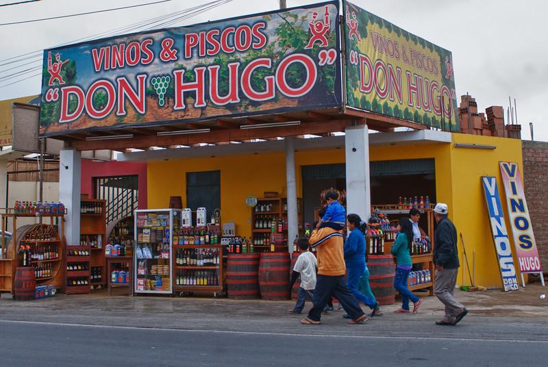 De eerste stad van formaat na het verlaten van Lima.<br /> Chincha Alta staat bekend om de wijnen en pisco's die plaatselijk geproduceerd worden.<br /> De meeste wijnen zijn lekker genoeg om meteen in de pompsteen gegoten te worden maar de pisco's (druivenbrandewijn) zijn best lekker. Als je ze met iets kunt vergelijken zou het met Italiaanse grappa zijn. <br /> Pisco heeft geen beschermde origine waardoor buurlanden Peru & Chili al jarenlang strijden om de naam. <br /> Feit is dat de naam afkomstig is van een stad langs de Peruviaanse kust van waar de brandewijn geëxporteerd werd. <br /> De lepe Chilenen veranderden dan maar de naam van een dorp de Elqui Vallei in Pisco om hun beweringen kracht bij te zetten net zoals ze ook al gedaan hebben met andere Peruviaanse producten. <br /> Chili is dan misschien wel één van de meest welvarende landen in Zuid-Amerika, het kopieert ook graag. <br /> Eén ding is zeker, de Peruviaanse pisco is zuiver terwijl deze van Chili aangelengd wordt met gedemineraliseerd water omdat Chileense druiven minder zoet zijn. <br /> Een ander argument in voordeel van Peru is het feit dat de naam zijn oorsprong vindt in de Quechua taal, de taal van de Indianen in Peru. <br /> Get a life Chile!<br /> <br /> Chincha Alta - Panamericana Sur - Ica - Peru<br /> Zondag 12 augustus '12